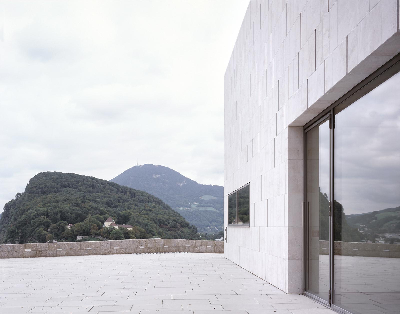 Skulpturenhof mit Blick auf Kapuzinerberg