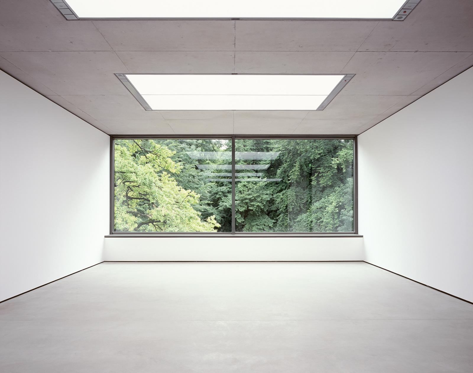 Museum-der-Moderne-Salzburg-Tageslichtgeschoss-Ausblick-Naturschutzgebiet-Moenchsberg-02-Friedrich-Hoff-Zwink-Architekten-Muenchen-2004-Foto-Simone-Rosenberg