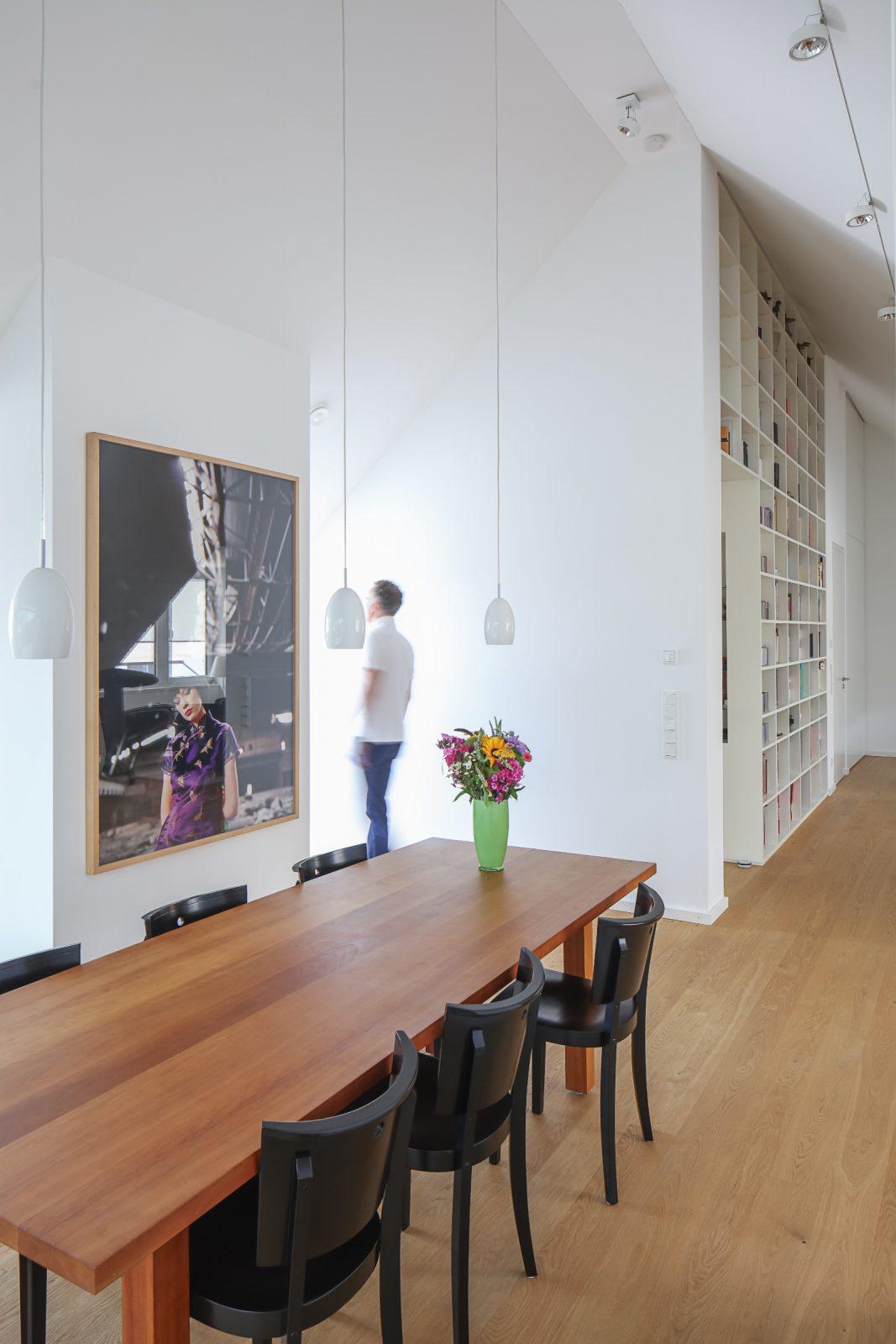 Umbau-Dachgeschossausbau-Muenchen-Schwabing-Essbereich-02-Friedrich-Poerschke-Zwink-Architekten-Muenchen-2012-Foto-Michael-Heinrich
