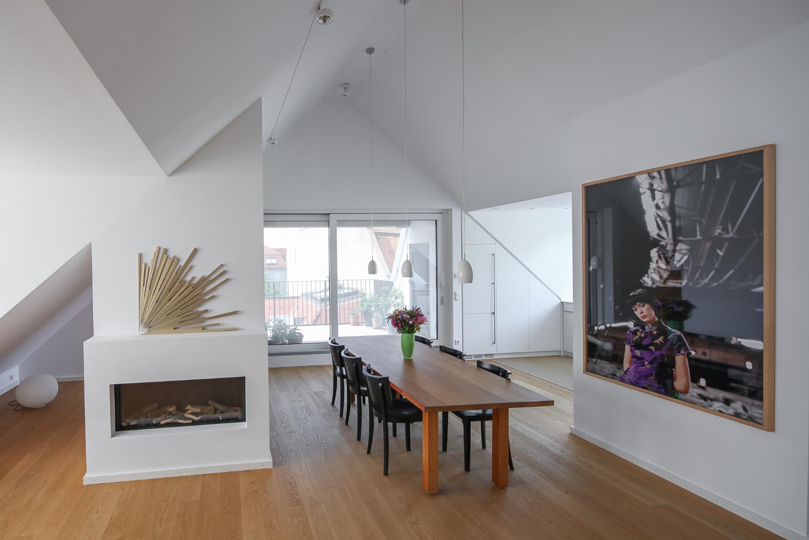 Umbau-Dachgeschossausbau-Muenchen-Schwabing-Essbereich-03-Friedrich-Poerschke-Zwink-Architekten-Muenchen-2012-Foto-Michael-Heinrich